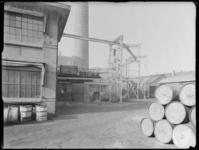 1976-6215 De binnenplaats van de Soda- en Chemicaliënfabriek van Kortman en Schulte aan de Achterhaven 48.
