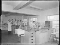 1976-6217 Het laboratorium van de soda- en chemicaliënfabriek van Kortman en Schulte aan de Achterhaven 48.