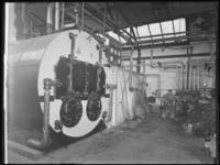 1976-6218 Een stoker en de stoomketels van de soda- en chemicaliënfabriek van Kortman en Schulte aan de Achterhaven 48.