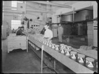 1976-6221 Blikken Driehoek Zeep op de lopende band. De inpakafdeling van de soda- en chemicaliënfabriek van Kortman en ...