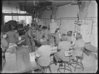 1976-6222 De inpakafdeling van de soda- en chemicaliënfabriek van Kortman en Schulte aan de Achterhaven 48. De afdeling ...