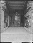 1976-6289 Portiek van kantoorgebouw Handel en Nijverheid van Levensverzekering Maatschappij Utrecht aan de Coolsingel ...