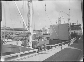 1976-6325 Overslag van stukgoederen in de Merwehaven vanuit het ruim van een schip.