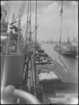 1976-6328 Overslag van stukgoederen in de Merwehaven. Het laden en lossen van goederen vanuit een schip in een ...