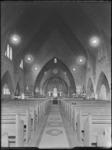 1976-6368 Een interieurfoto van de Sint Petruskerk aan de Schoonderloostraat.