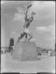 1976-6402 Oorlogsmonument Verwoeste Stad van de beeldhouwer Zadkine op Plein 1940 aan de Leuvehaven.
