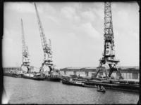 1976-6429 Kranen op de kade aan de Merwehaven.