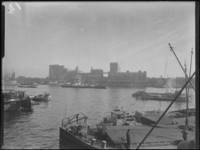 1976-6444 De meelfabrieken Meneba aan de zuidzijde van de Maashaven, bij de Brielselaan. Uit het noorden gezien.