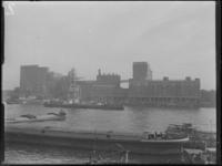 1976-6445 De meelfabrieken Meneba aan de zuidzijde van de Maashaven, bij de Brielselaan. Uit het noorden gezien.