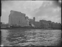 1976-6458 De meelfabriek Meneba aan de zuidzijde van de Maashaven en Brielselaan.
