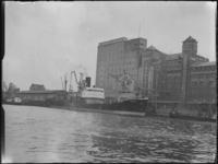 1976-6459 De meelfabrieken Meneba aan de zuidzijde van de Maashaven, bij de Brielselaan.