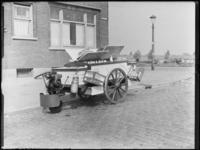 1976-6474 De bestelwagen van de Rotterdamse Melk Inrichting, RMI, op de Statenweg, hoek Gordelweg.