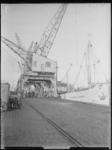 1976-6494 De kade van de Binnenhaven met kranen en schepen.