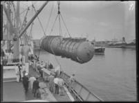 1976-6597 Een machineonderdeel wordt van een schip geladen in de Rijnhaven.