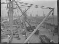 1976-6609 Een overzicht van de werkzaamheden aan de kade van de Merwehaven met goederentreinen, kranen en een schip in ...