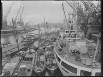 1976-6610 Overslag, kranen, schepen en binnenvaartschepen in de Merwehaven. Goederenoverslag bij Cornelis Swarttouw.