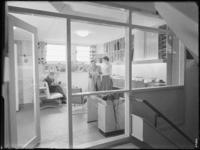 1976-6652 Het interieur van muziekwinkel Rijken & De Lange aan de Korte Lijnbaan. De winkel is gespecialiseerd in ...