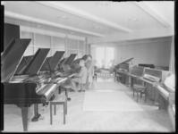 1976-6654 Het interieur van muziekwinkel Rijken & De Lange aan de Korte Lijnbaan. De winkel is gespecialiseerd in ...