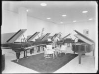 1976-6655 Het interieur van muziekwinkel Rijken & De Lange aan de Korte Lijnbaan. De winkel is gespecialiseerd in ...