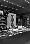 1976-6740 Make-up afdeling van warenhuis de Hema aan het Beursplein.