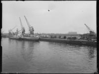 1976-6776 Loodsen van de firma Vijfvinkel's expeditiebedrijf aan de Binnenhaven.
