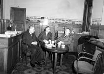 1976-6908 Bij de firma Koninklijke Rotterdamsche Lloyd is er een jubileum van een personeelslid.