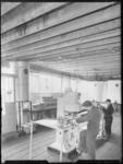 1976-6911 Een werkruimte van de expeditie van het bedrijf Deluxol Olie maatschappij nv.