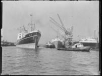 1976-7021 De toegang tot de Merwehaven. Op de voorgrond sleept een sleepboot het zeeschip Arima Maru.