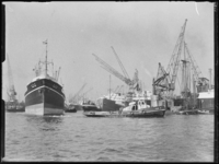1976-7022 De toegang tot de Merwehaven. Op de voorgrond sleept een sleepboot het zeeschip Arima Maru.