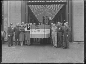 1976-7332 Personeel van een transportbedrijf bij de 1000ste getransporteerde kist goederen.