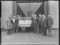 1976-7333 Personeel van een transportbedrijf bij de 1000ste getransporteerde kist goederen.