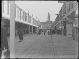 1976-7512 Gezichten op de Korte Lijnbaan met op de achtergrond het stadhuis.