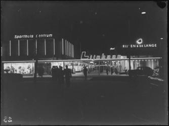 1976-7513 Gezichten op de Korte Lijnbaan in de richting van de Coolsingel, bij avond.