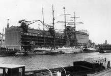 1976-7696 Sint-Jobshaven. Viermastzeilschip aan de kade bij het gebouw Sint-Job van de NV Blaauwhoedenveem. Op de ...