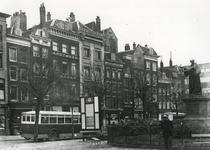 1976-7716 De Grotemarkt met het standbeeld van Erasmus, een bus voor het openbaar vervoer en een bord met het ...