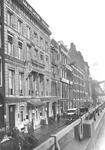 1976-7720 De Boompjes met links het Maashotel.Op de achtergrond een klein stukje van de spoorbrug.