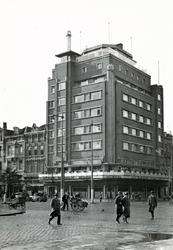 1976-7721 De hoek Coolsingel - Aert van Nesstraat met hotel Atlanta.