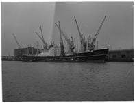 1976-7768 Het schip de Astrid Bakke voor overslag in de Merwehaven.