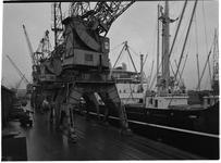 1976-7770 Het schip de Astrid Bakke voor overslag aan de kade van de Merwehaven.