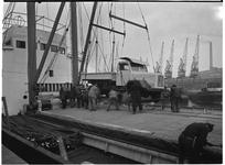 1976-7862 Het laden en lossen van een vrachtwagen op een schip in de haven.