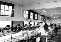 1976-7909 Vrouwen aan het werk in Wortelboer's confectiebedrijf aan de Nieuwe Binnenweg.