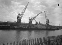 1976-8068 Schepen aan de kade bij de firma Vijfvinkel in de Binnenhaven.