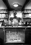 1976-8905 Interieur van het café Capitol aan de Nieuwe Binnenweg 345. Op de foto: beeld de Lorelei op het buffet, de ...