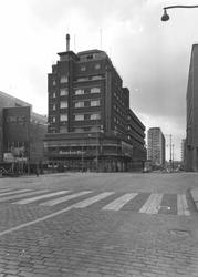 1976-9419 De Coolsingel met bioscoop Cineac NRC, hotel Atlanta en de Aert van Nesstraat, gezien vanaf de Meent.