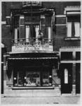 1988-1800 Woonhuis en winkel nummer 351 van de familie F.H. van Dijk (fotograaf) aan de Mathenesserlaan.