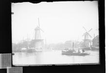 2008-3343 Middenkous met links de molen De Distilleerketel tussen de Voorhaven en rechts De Waakzaamheid aan de Achterhaven.