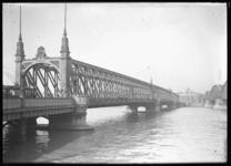 2008-5105 De Willemsbrug en rechts de spoorbrug (de Maasbruggen) over de Nieuwe Maas.
