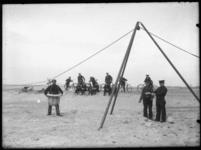 2008-5111-02 Een oefening op het strand van een reddingsbrigade. Onbekende locatie.