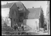 2008-5113 Drie mannen poseren bij sloopwerkzaamheden in de Zandstraatbuurt vanwege de nieuwbouw voor het Stadhuis en ...