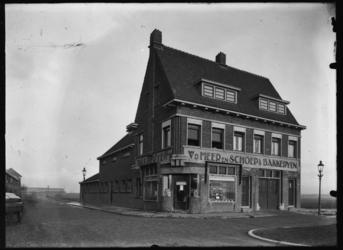 2008-5170 Eerste winkel en bakkerij van Van der Meer en Schoep op de hoek van de Snelliussingel en de Van Swindenstraat ...